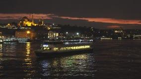 Корабль перемещения touristic в золотом рожке на предпосылке выравнивать светлый городской пейзаж Стамбула с мечетью Suleymaniye  сток-видео
