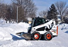 Кормило скида бойскаута младшей группы извлекая снег стоковые изображения