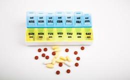 Коробочка для таблеток 2 недель на белизне стоковая фотография