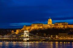 Королевский дворец, замок, который расквартировывает венгерскую национальную галерею и представляет ценные экспонаты в ночи освещ стоковые фотографии rf