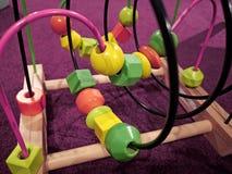 Лабиринт игрушек детей воспитательный на комнате кровати стоковые изображения rf