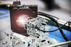 Лазер и лазерный луч в лаборатории или в рабочем месте стоковые фотографии rf