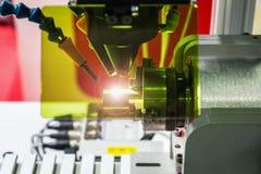 Лазер обрабатывает часть металла в лаборатории или в продукции стоковые фото