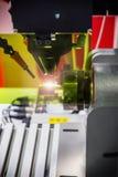 Лазер обрабатывает часть металла в лаборатории или в продукции стоковая фотография