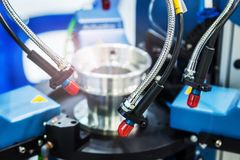 Лазер обрабатывает часть металла в лаборатории или в продукции стоковые изображения