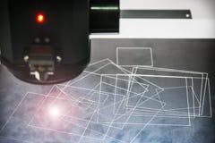 Лазер обрабатывает часть металла в лаборатории или в продукции стоковое изображение rf