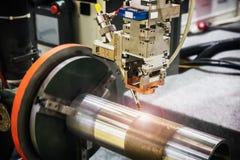 Лазер обрабатывает часть металла в лаборатории стоковая фотография