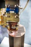 Лазер обрабатывает часть металла в лаборатории стоковое изображение rf