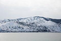 Ландшафт горы Snowy над водой Рекы Колумбия стоковое изображение rf
