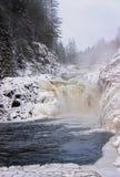Ландшафт зимы с водопадом стоковые изображения rf