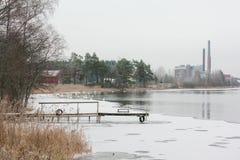 Ландшафт спокойствия зимы на реке с белые лебеди и пристань Финляндия, река Kymijoki стоковые изображения