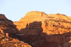 Ландшафт Sunlit пустыни скалистый на зоре стоковая фотография
