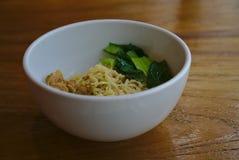 Лапша цыпленка с зеленым veggie в шаре стоковые фотографии rf