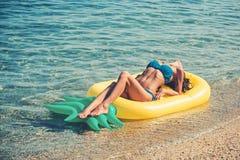 Летние каникулы и перемещение к океану Тюфяк, деятельность при и утеха ананаса раздувной Вода Мальдивов или Miami Beach стоковое изображение rf