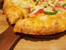 Летчик и плакат концепции выдвиженческие для ресторанов или pizzerias, шаблона с очень вкусной пиццей pepperoni вкуса стоковое фото