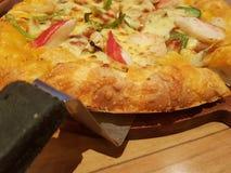 Летчик и плакат концепции выдвиженческие для ресторанов или pizzerias, шаблона с очень вкусной пиццей pepperoni вкуса стоковая фотография