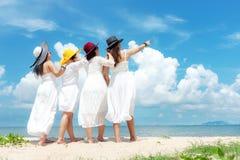 Лето платья моды азиатской женщины семьи группы нося белое стоя песочный пляж моря, outdoors предпосылка солнечности стоковое фото rf