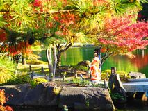 Листья осени и женщина в кимоно стоковое изображение rf
