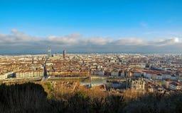 Лион, Франция: Вид с воздуха панорамы города широкой с ориентирами окруженными красными крышами и каминами стоковая фотография