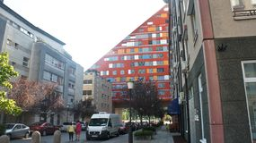 Любляна, Словения - 07/17/2015 - современный жилой дом, красочный триангулярный дом, солнечный день стоковая фотография rf