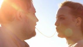 Любящие пары делая поцелуй спагетти, романтичное отношение молодые люди, дату стоковая фотография rf