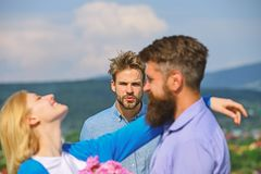 Любовники встречая внешние отношения романс flirt сломленное сердце принципиальной схемы Любовники даты пар романтичные flirting  стоковое изображение rf