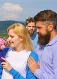 Любовники даты пар романтичные flirting Любовники встречая внешние отношения романс flirt сломленное сердце принципиальной схемы  стоковое фото