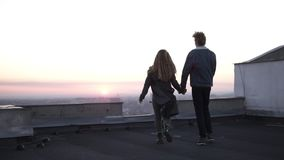 Любовь молодости Красивые пары имея время потехи совместно на высокой строя крыше Бег, танцующ и обнимать шикарно акции видеоматериалы