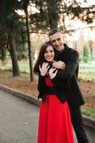 Любовь, отношения, сезон и концепция людей - конец вверх счастливых молодых пар outdoors в парке стоковое фото rf