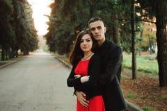 Любовь, отношения, сезон и концепция людей - конец вверх счастливых молодых пар outdoors в парке стоковая фотография