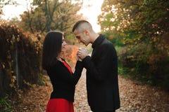 Любовь, отношения, сезон и концепция людей - конец вверх счастливого молодого outdoors пар в парке осени стоковые изображения rf