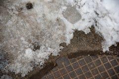 Люк -лаз и снег сточной трубы стоковые фото