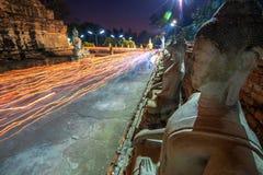 Люди буддистов идя с освещенными свечами в руке вокруг древнего храма стоковое изображение rf