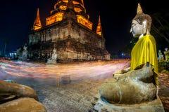 Люди буддистов идя с освещенными свечами в руке вокруг древнего храма стоковые изображения rf