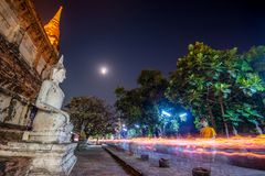 Люди буддистов идя с освещенными свечами в руке вокруг древнего храма стоковое фото rf