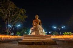Люди буддистов идя с освещенными свечами в руке вокруг древнего храма стоковая фотография rf