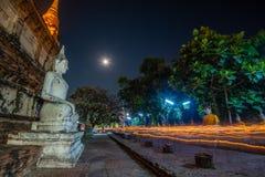 Люди буддистов идя с освещенными свечами в руке вокруг древнего храма стоковая фотография