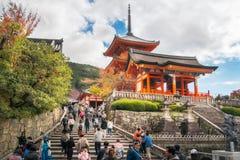 Люди взбираясь вверх лестницы к воротам буддийского виска Kiyomizu-dera западным, Киото, Японии стоковые фотографии rf