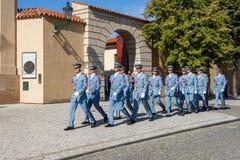 Люди в голубой военной форме маршируя вне hrad ½ skà ¾ PraÅ замка Праги на горячий летний день стоковое фото rf