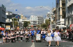 Люди в костюмах масленицы идя вдоль улицы стоковое фото rf