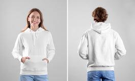 Люди в пустых свитерах hoodie на светлых взглядах предпосылки, передних и задних стоковые изображения rf