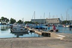Люди идут арендовать яхту, шлюпку Арендные корабли для перемещения и воссоздания стоковое фото