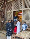 Люди молят к Wrathful индусскому богу, белому Bhairab, фестивалю Dasain, Катманду, Непалу стоковые изображения rf