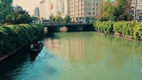 Люди наслаждаясь путешествием гондолы в реке Porsuk, Eskisehir сток-видео