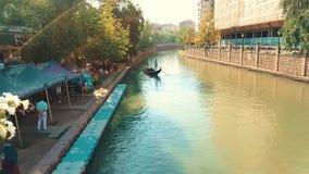 Люди наслаждаясь путешествием гондолы в реке Porsuk, Eskisehir видеоматериал