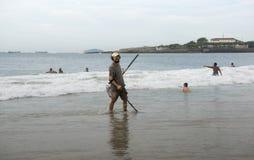 Люди плавая в океане Человек ища металлы стоковые фото