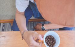 люди держат чашку кофе стоковое фото rf