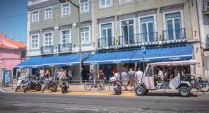 Люди queuing перед известной пекарней Pasteis Belem стоковая фотография rf