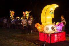 Луна и дракон сформировали китайские фонарики, китайский Новый Год стоковое изображение rf