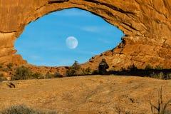 Луна поднимая через северное окно стоковые фотографии rf
